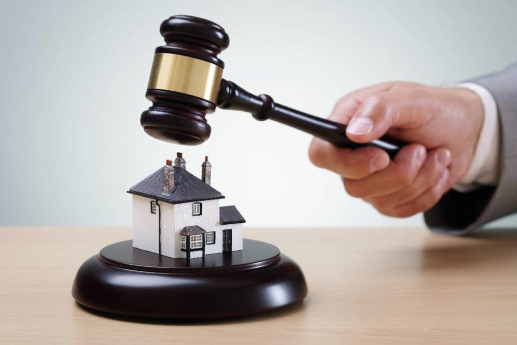 Comprare casa all'asta: a chi spettano i debiti condominiali
